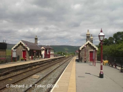 Garsdale Station: Context view looking north showing Str IDs 256670(L)+256660(R)